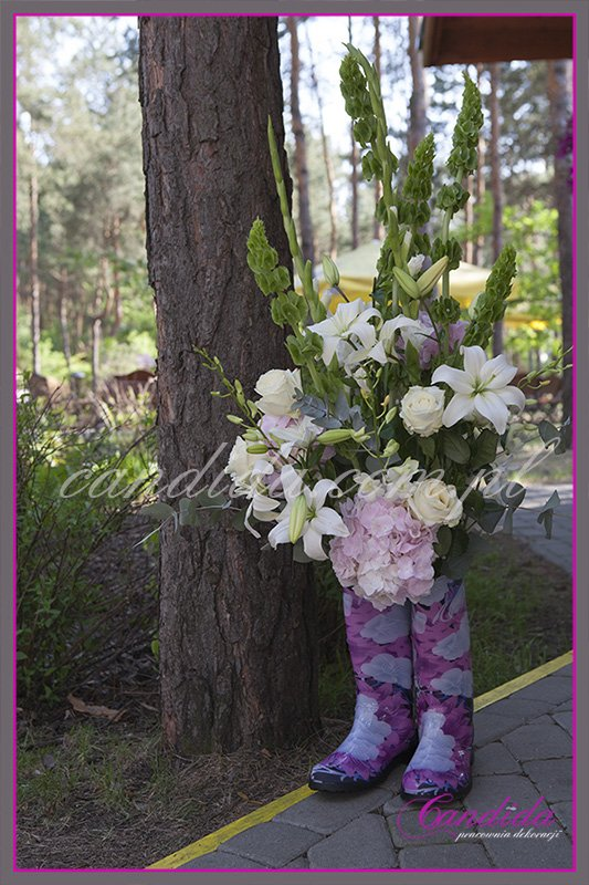 dekoracja w hotelu Boss, dekoracja kwiatowa, kompozycje kwiatowe z hortensji, storczyków, róż, eustomy, lilii, tulipanów w kaloszach w ogrodzie 6