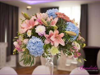 dekoracja weselna stołu gości w hotelu Brant, kompozycja kwiatowa na dużym naczyniu szklanym, dekoracje weselne