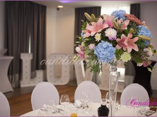 dekoracja sali weselnej w hotelu Brat, kompozycja kwiatowa na wysokim naczyniu szklanym, napis LOVE