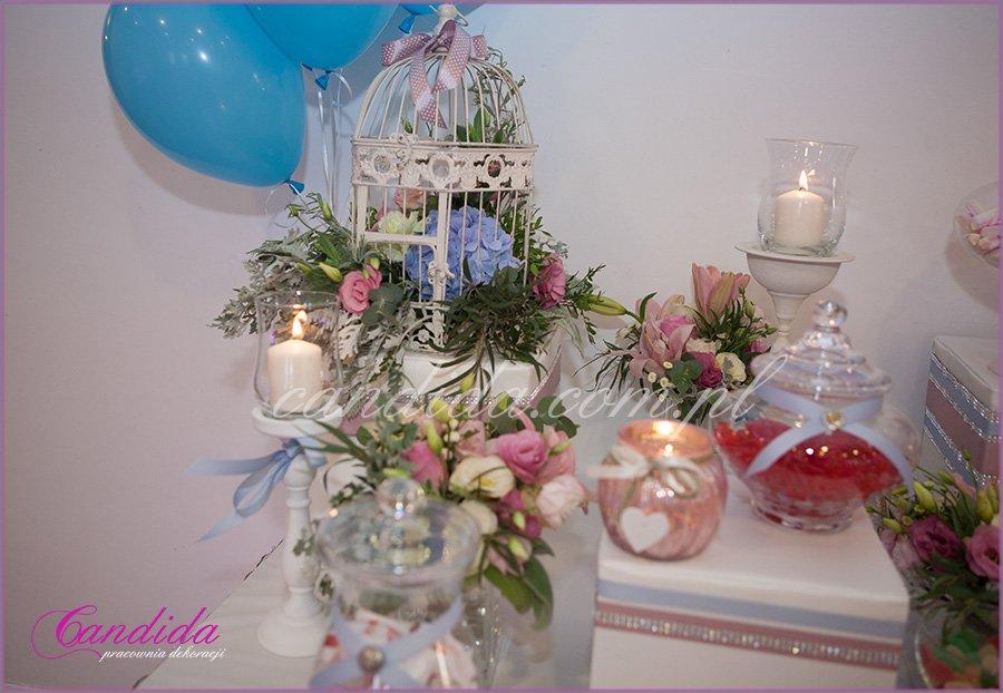 dekoracje weselne w hotelu Brant, dekoracja stołu ze słodkościami, Candy Bar, kompozycje kwiatowe w klatkach, świeczniki
