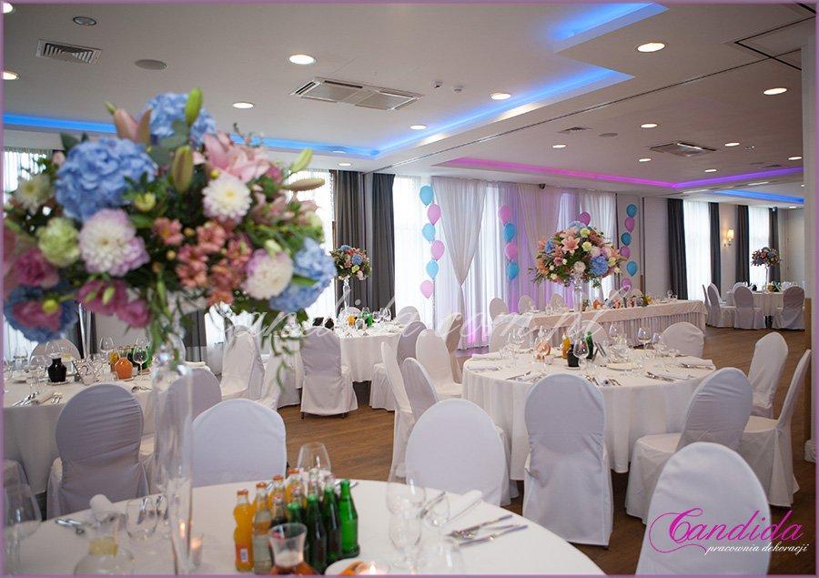 dekoracje weselne, dekoracja sali weselnej w hotelu Brant, kompozycje kwiatowe na stołach gości weselnych