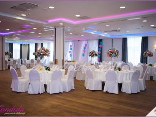 sala weselna w hotelu Brant, dekoracje kwiatowe stołów gości weselnych