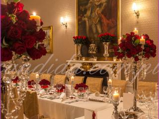 dekoracja weselna w restauracji Pod Gigantami kompozycje kwiatowe z róż na kandelabrach dekoracja stołu gości dekoracja stołu Młodej Pary 2