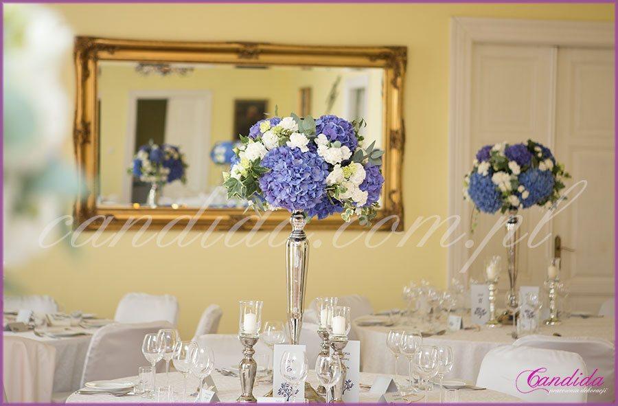 ślub i wesele w kolorze kobaltowym, dekoracja sali weselne w Dworze Radzin, kandelabry
