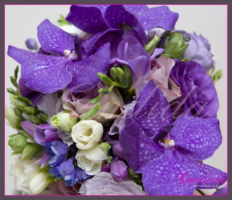 Wiązanka ślubna wykonana z  fioletowej róży, eustomy, białej  frezji i storczyka Vanda