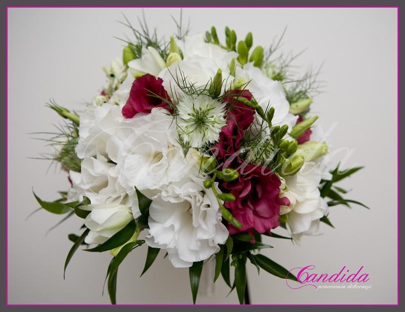 Wiązanka ślubna z różowej i białej eustomy, czarnuszki, ornitogalum