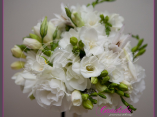Wiązanka ślubna z białej eustomy, białej frezji