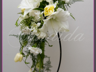 Wiązanka ślubna z białego amarylisa, żółtych tulipanów, białych goździków, białej frezji