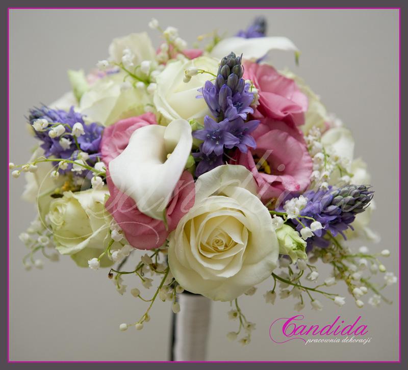 Wiązanka ślubna z róż, różowej eustomy, białej cantedeskii, ornitogalum, konwalii