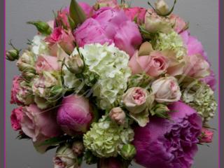 Wiązanka ślubna z różowej róży, kaliny, piwonii