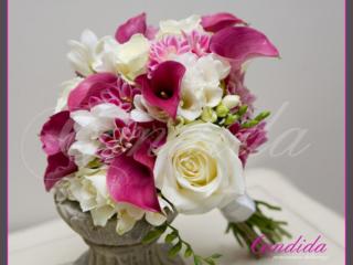 Wiązanka ślubna z róż, białej frezji, różowej cantedeskii, różowej dalii