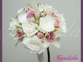 Wiązanka ślubna z białych róż, storczyków cymbidium, róż gałązkowych