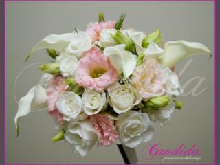 Wiązanka ślubna z białych róż, białych frezji, różowych róż, cantedeskii