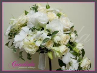 Wiązanka ślubna z róży, eustomy, storczyka dendrobium, barwinka